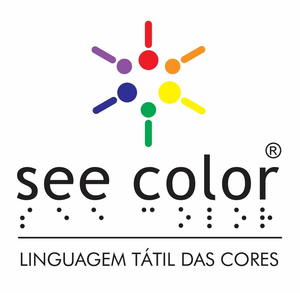 """A logomarca see color faz alusão aos ponteiros de um relógio e é representada por um traço seguido de um ponto, onde a cor vermelha está na posição do meio dia, a laranja 14h , a amarela 16h, a verde 18h, azul 20h e a lilás 22h, fechando assim o círculo. Ao lado escrito na cor preta e em minúsculo """"see color"""" sendo que acima da letra """"r"""" está o símbolo """"R"""" de marca registrada. Abaixo de cada letra, está a sua representação em braile. Uma linha fina na cor preta, e logo abaixo a frase """"LINGUAGEM TÁTIL DAS CORES"""", em maiúsculo e preto"""